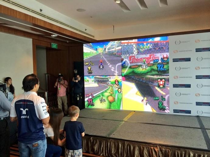 """Felipe Massa joga """"Mario Kart"""" com crianças antes do GP de Cingapura (Foto: Reprodução/Twitter)"""