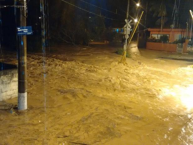 Linha do trem no distrito de Sabaúna ficou cheia de água durante a madrugada (Foto: Milena Moura Fusco/VC no G1)