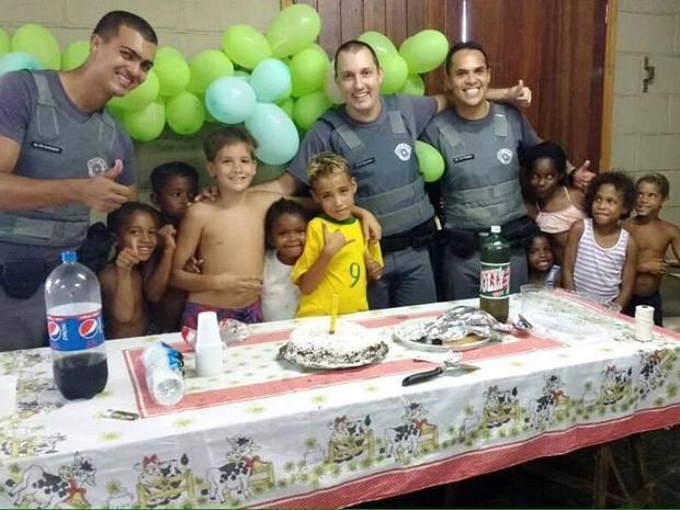Garoto comemorou aniversário com bolo ao lado de PMs e amigos (Foto: Polícia Militar / Divulgação)