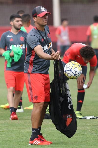 Zé Ricardo comandando o Flamengo no treino de terça, véspera do duelo com a Ponte (Foto: Gilvan de Souza/Flamengo)