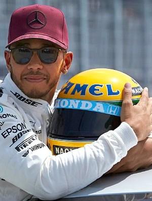 Lewis Hamilton e o capacete de Ayrton Senna (Foto: Divulgação/Mercedes)