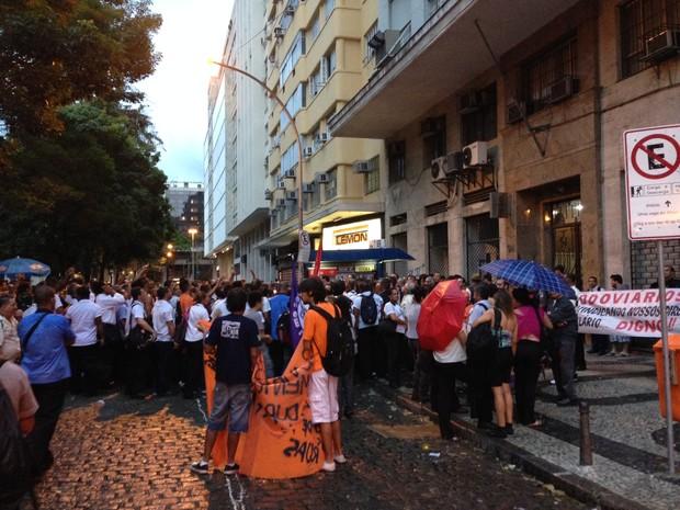 Rodoviários na frente do Ministério Público do Trabalho (Foto: Káthia Mello / G1)