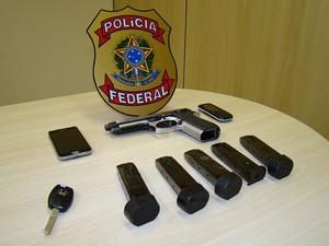 Uma pistola .40 foi encontrada na casa do suspeito na Grande Natal (Foto: Divulgação/PF)