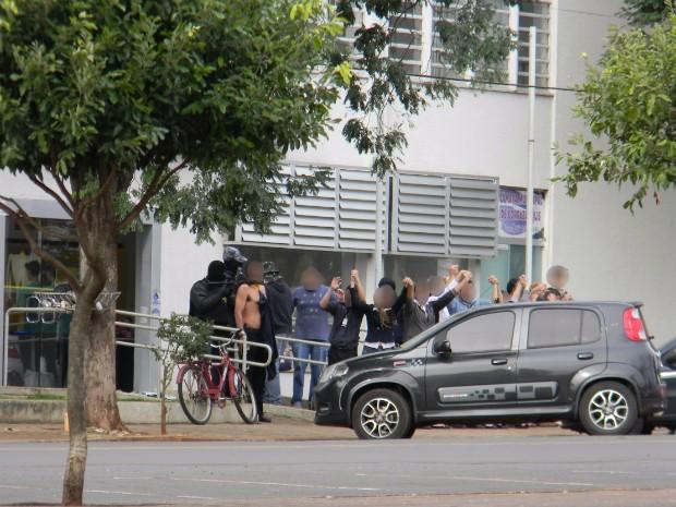 Funcionários e clientes das agências bancárias foram feitos reféns (Foto: Junior Dias/Borrazópolis Notícias)