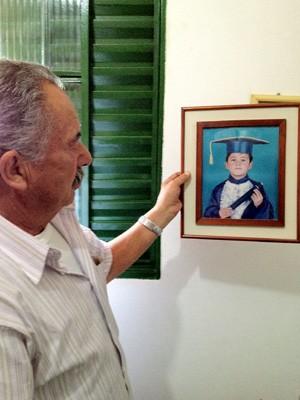 Dorival mostra foto do filho quando pequeno (Foto: Giovana Sanchez/G1)