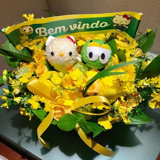 Maurício de Sousa recebe flores ao visitar criadora da Hello Kitty (Foto: Reprodução/Instagram)