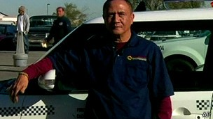 Taxista Gerardo Gamboa achou que sacola continha apenas chocolates (Foto: AP)