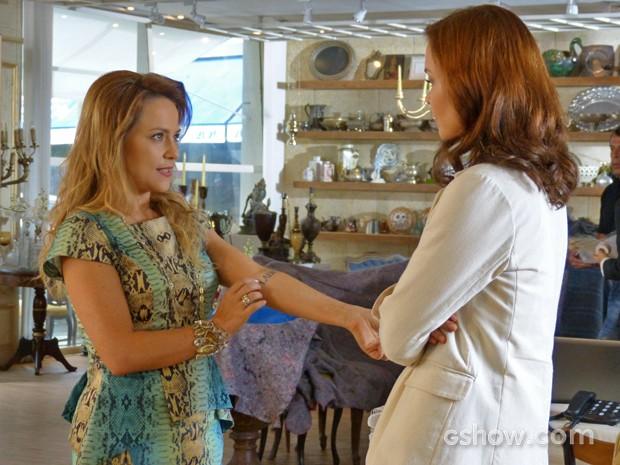 Venenosa, Shirley exibe sua tatuagem para Helena (Foto: Em Família/ TV Globo)