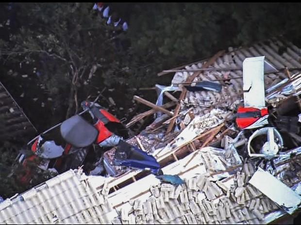 Detalhe dos destroços do helicóptero que caiu sobre um imóvel na Grande São Paulo. Segundo os bombeiros quatro pessoas morreram no acidente (Foto: Reprodução/GloboNews)