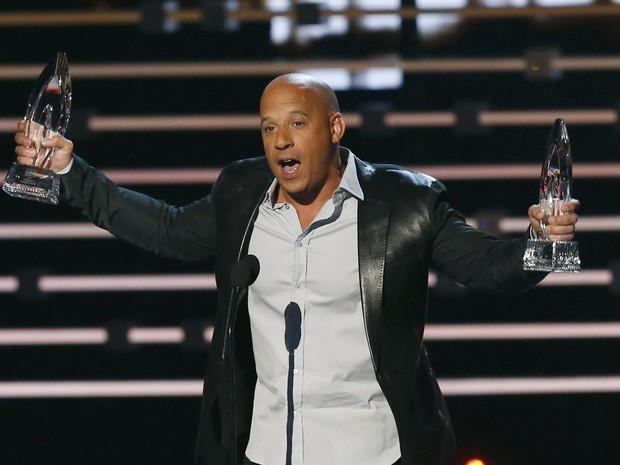 Vin Diesel recebe os prêmios de filme favorito e filme favorito de ação por 'Velozes e furiosos 7' no People's Choice Awards, nesta quarta (6), em Los Angeles (Foto: REUTERS/Mario Anzuoni)