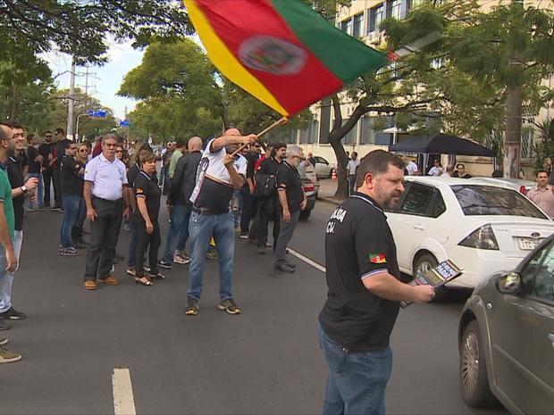 Protesto de policiais civis na Avenida Ipiranga, em Porto Alegre (Foto: Reprodução/RBS TV)