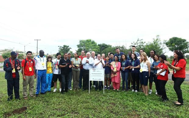 Embaixadores das Olimpíadas Escolares e autoridades plantam árvores em Cuiabá (Foto: Heuler Andrey/AGIF/COB)