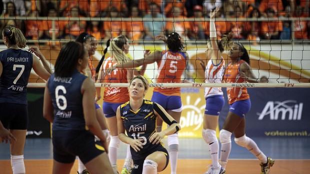 Natasha, do Campinhas, se levanta após perder o ataque diante do Osasco (Foto: Fabio Rubinato/AGF/Divulgação)