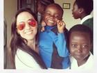 Tatá Werneck posta foto com crianças na África