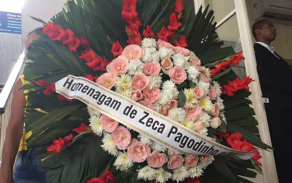 Zeca Pagodinho enviou flores para o velório de Jerry Adriani (Foto: Bruno Albernaz/G1)