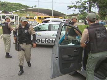 Policiais militares vistoriaram a área após o crime (Foto: Reprodução / TV Globo)