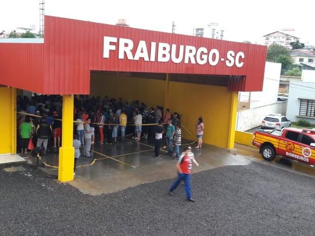 Moradores buscam lona no quartel do Corpo de Bombeiros (Foto: Corpo de Bombeiros de Fraiburgo/Divulgação)