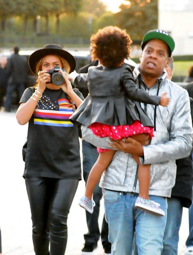 Beyoncé com Jay-Z e a filha, Blue Ivy Carter, em Paris, na França (Foto: Grosby Group/ Agência)