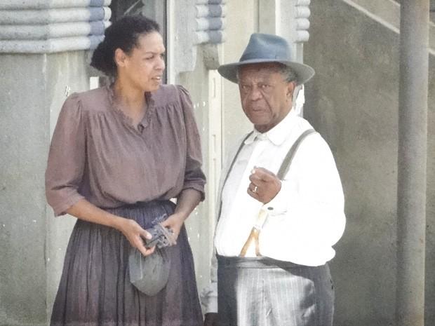Afonso estranha intimidade do garoto com a ex-baronesa (Foto: Lado a Lado / TV Globo)
