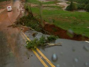 Buraco já existente na estrada aumenta ainda mais com nova tempestade (Foto: Rodrigo Sargaço/EPTV)