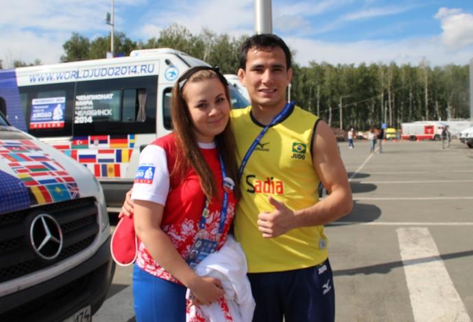 Felipe Kitadai e voluntaria mundial de judo russia (Foto: Arquivo Pessoal)