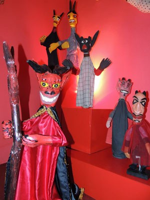 Seres fantásticos como diabos e vampiros também inspiram artesãos (Foto: Marina Barbosa / G1)
