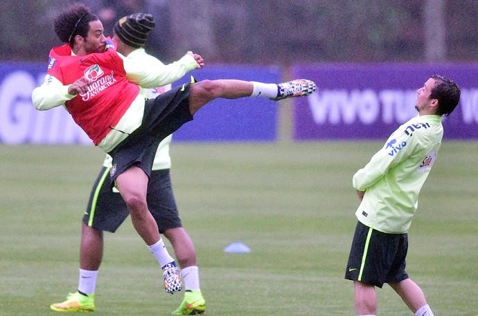 Marcelo treino Seleção Brasil (Foto: Gaspar Nobrega / Vipcomm)