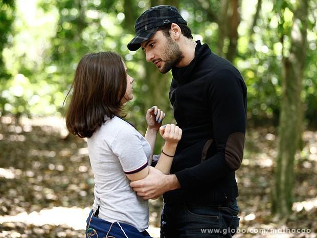 O cara se declara e diz que está louco por Clara. Que doido! (Foto: Inácio Moraes / TV Globo)
