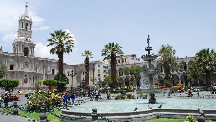 Praça de Arequipa, rodeada por igrejas (Foto: Reprodução/ Internet)