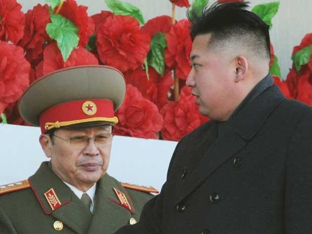 Kim Jong-un (à direita) e seu tio, Jang Song-thaek, em imagem de fevereiro de 2012. (Foto: Arquivo / Kyodo / Via Reuters)