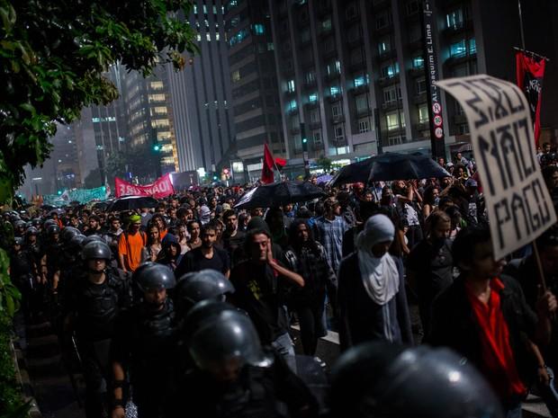 Marcha contra o aumento da tarifa durante passagem na Avenida Paulista, em São Paulo (Foto: Victor Moriyama/G1)