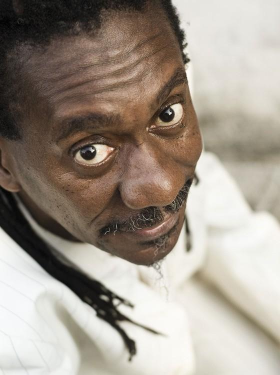 """O cantor e compositor Luiz Melodia repassa os sucessos de sua carreira, como """"Pérola Negra"""" (Foto: Divulgação)"""