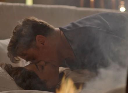 Noite de amor de Carolina e Arthur, literalmente, pega fogo!