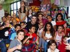 Gianecchini entrega brinquedos para as crianças com câncer