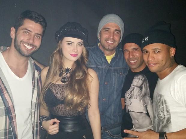 Ex-BBB Marcelo, Rayanne Morais, Latino, Emerson Sheik e amigo em boate no Rio (Foto: Divulgação)