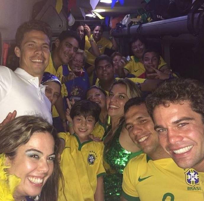 """Hernanes posa com """"bonde da alegria"""" (Foto: Reprodução)"""