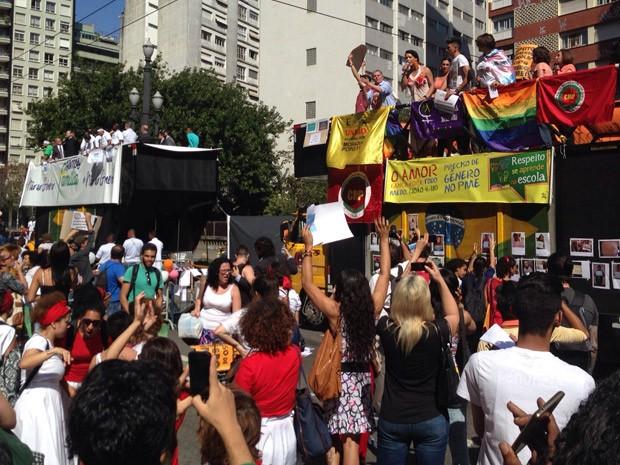 Carro de som com ativistas do movimento LGBT participa da manifestação (Foto: Roney Domingos/G1)