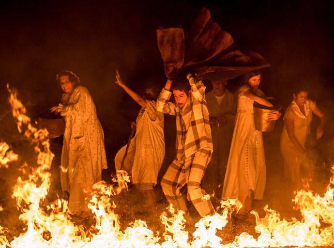 QUincas usa casaco de Cunegundes para apagar o incêndio (Foto: Fabiano Battaglin/Gshow)
