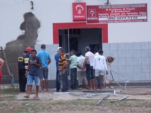 Populares observam destroços causados pela explosão no Bradesco de Capitão de Campos (Foto: Francisca Jorgeana Ferreira de Sousa_)