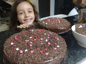Valentina participa de produção de bolo, que também faz parte da brincadeira (Foto: Érica Chianca/Arquivo Pessoal)
