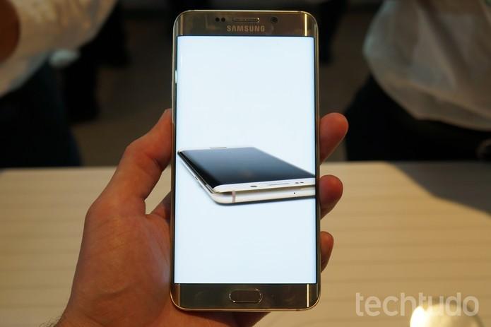 A tela curvada do Galaxy S6 Edge Plus possui especificações melhores (Foto: Thássius Veloso/TechTudo)