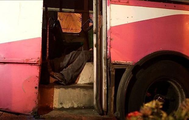 Homem morto em ônibus atrai curiosos e a polícia (Foto: BBC Mundo)