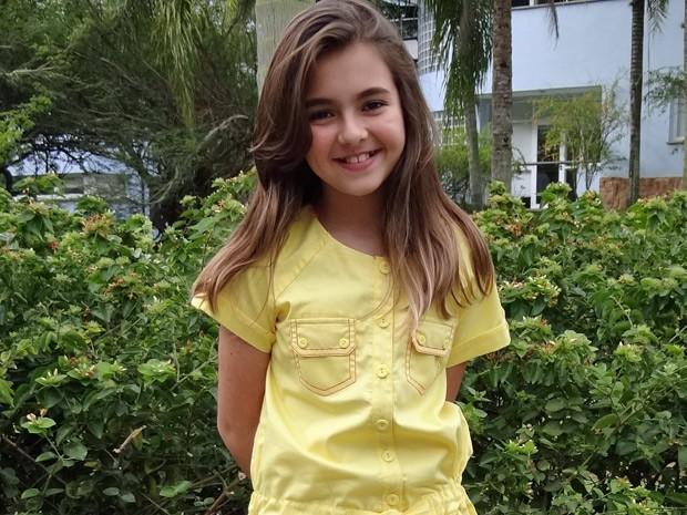 A pequena Clara mostra que tem personalidade e capricha no visual (Foto: Amor Eterno Amor/ TV Globo)