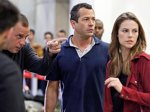 Malvino Salvador e Paolla Oliveira recebem orientações da direção (Foto: Amor à Vida/TV Globo)