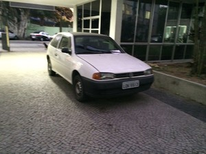 Carro que teria levado Elisângela ao hospital, segundo a polícia (Foto: Matheus Rodrigues / G1)