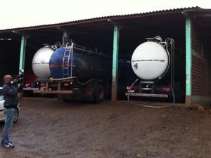 Caminhão com leite, operação Leite Compensado, nesta quarta-feira (22) (Foto: Felipe Truda/G1)