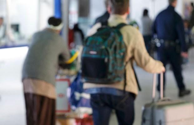 Imagem do dia 23 de março mostra passageiros no aeroporto Charles de Gaulle (Foto: Philippe Wojazer/Reuters)