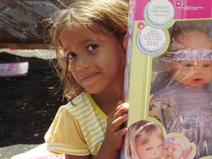 Daniele ficou feliz com a boneca que ganhou no Natal (Foto: Rafael Barbosa/G1)