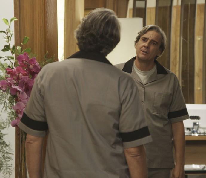 Aparício está com uniforme de faxineiro, e Rebeca pensa que ele é pobre (Foto: TV Globo)
