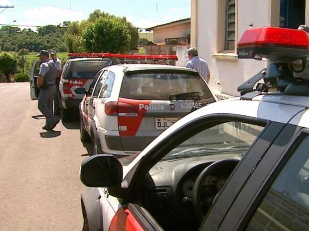 Polícia leva quadrilha para a delegacia de Santa Cruz da Conceição (Foto: Reginaldo dos Santos/EPTV)